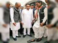 जब सीएम आवास पर कमलनाथ दिग्विजय ने कांग्रेस कार्यकर्ता को पहनाए जूते
