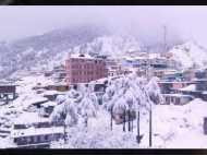 शीतलहर: हिमाचल में नदी-झील जमीं, पहाड़ों पर छाई धुंध, बर्फ को पिघलाकर प्यास बुझा रहे लोग