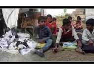 योगी सरकार ने भिजवाए सिर्फ एक पांव के जूते, देखिए यूपी में सरकारी स्कूल के बच्चों की दुर्दशा