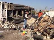 गुजरात में भयंकर हादसा: टक्कर के बाद टुकड़े-टुकड़े हो गई कार, हाईवे पर पलटा ट्रक, 2 की मौत