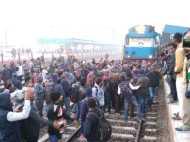 प्रयागराज स्टेशन पर अभ्यर्थियों ने गंगा गोमती ट्रेन में की तोड़फोड़, काटा हंगामा