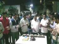 शिवसेना नेता ने जन्मदिन पर तलवार से काटे 8 केक, पुलिस ने दर्ज किया केस