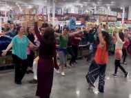 VIDEO: कैलिर्फोनिया के मॉल में शॉपिंग छोड़ कंगना के 'लंदन ठुमक दा' पर नाचने लगे लोग