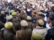 मुरादाबाद: वकीलों का बवाल, डीएम को ऑफिस में घुसने नहीं दिया, पुलिस से झड़प