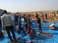 मिर्जापुर: ट्रक पलटने के बाद मची होड़, लोगों के हाथ जो बर्तन लगा उसी में भरकर ले गए पेंट
