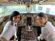 पायलट मां बेटी की जोड़ी को अपनी फ्लाइट उड़ाते देख चौंके यात्री, बताया प्रेरणा