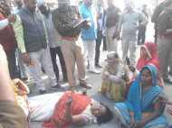सड़क पर लेटी रही भाजपा नेता, बोली तब तक नहीं उठूंगी जब तक...