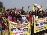 मऊ: सड़क नहीं बनने पर ग्रामीणों ने किया मतदान के बहिष्कार का ऐलान