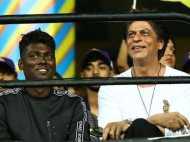 शाहरुख खान के बगल में बैठे एटली के रंग को लेकर लोगों ने किया ट्रोल, तो फैंस ने दिया मुंहतोड़ जवाब