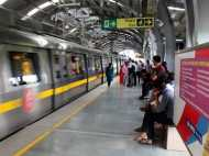 गाजियाबाद: मेट्रो ट्रैक पर कूदा शख्स, कोच के बीच फंसा तो मुश्किल से निकाला गया
