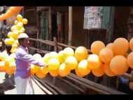 पीएम मोदी के जाते ही गुब्बारों पर टूट पड़ी भीड़, लोगों ने कहा- लूटो, अब क्या जरूरत है