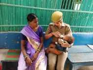 मां की आखों में आंसू देखकर महिला पुलिसकर्मी ने भूखे बच्चे को गोद में बैठाकर पिलाया दूध