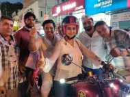 AAP उम्मीदवार राघव चड्ढा के समर्थन में उतरीं अभिनेत्री गुल पनाग, बुलेट पर बिठाकर किया चुनाव प्रचार