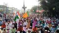 VIDEO: जब नमाजियों की भारी भीड़ के बीच ईदगाह पर तिरंगे के साथ फहराया गया भाजपा का झंडा
