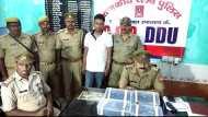 स्टेशन पर बैग लेकर खड़ा था चुपचाप, जब पुलिस ने चेकिंग की तो मिलीं 23 पिस्टल और 46 मैगजीन