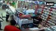 दिल्ली: हथियारबंद लुटेरों ने केमिस्ट दुकान में की चोरी, सामने आया सीसीटीवी VIDEO