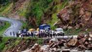 उत्तराखंड में बद्रीनाथ हाइवे पर बस पर गिरा बोल्डर, 5 की मौत