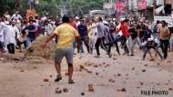 कश्मीर: सुरक्षाबलों का वाहन समझकर पत्थरबाजों ने ट्रक पर किया पथराव, चालक की मौत