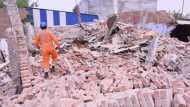 गाजियाबाद: पांडवनगर में 3 मंजिला इमारत गिरी, NDRF की टीम मौके पर