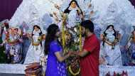 सोशल मीडिया पर थी दोस्ती, दुर्गा पूजा पंडाल में फिक्स हुई डेट, 4 घंटे में ऐसा हुआ प्यार कि वहीं रचा ली शादी