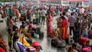 कर्नाटक में मीलों पैदल चलकर बस अड्डे पहुंच रहे लोग, फिर भी नहीं हो पा रही घर वापसी