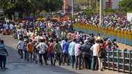 स्पेशल ट्रेन हुई कैंसिल, तीन दिन से मुंबई के फुटपाथ पर सोने को मजबूर सैकड़ों मजदूर