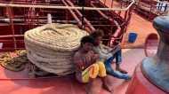 प्रवासी संकटः जहाज़ ने प्रवासियों को बचाया, और ख़ुद फँस गया