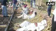 राजस्थान: आरक्षण की मांग को लेकर रेल की पटरियों पर बैठे गुर्जर, कहा- सरकार यहां आकर करे बात