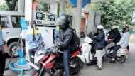 कोलकाता में दोपहिया वाहनों के लिए 8 दिसंबर से लागू होगा 'नो हेलमेट, नो फ्यूल' नियम