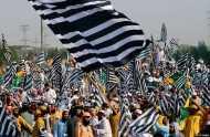 इमरान ख़ान के ख़िलाफ़ हज़ारों की भीड़ बढ़ रही इस्लामाबाद