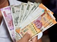 रंग छोड़ रहे हैं 2000 और 200 के नए नोट तो जानिए कैसे बदलें?