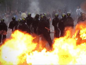 Facebook and Blackberry raise London riots