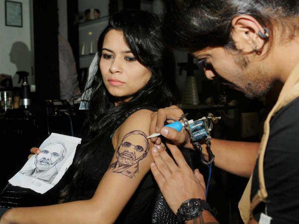 'इन द नेम ऑफ लव' की लेखिका के बदन पर नरेंद्र मोदी का टैटू
