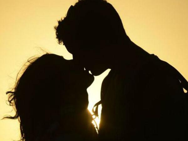 <strong>गर्लफ्रेंड की सगाई में पहुंचे प्रेमी ने सरेआम उसे बांहों में भरकर किया किस</strong>