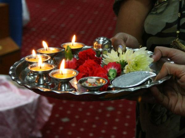जानिए क्यों पूजा करते समय 'घी' का दीपक जलाते हैं?   Why is ghee lamp  preferred to oil lamp during puja ritual? - Hindi Oneindia
