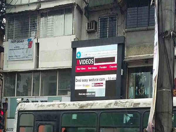 और जब पुणे में विज्ञापन के बोर्ड पर चलने लगा पॉर्न