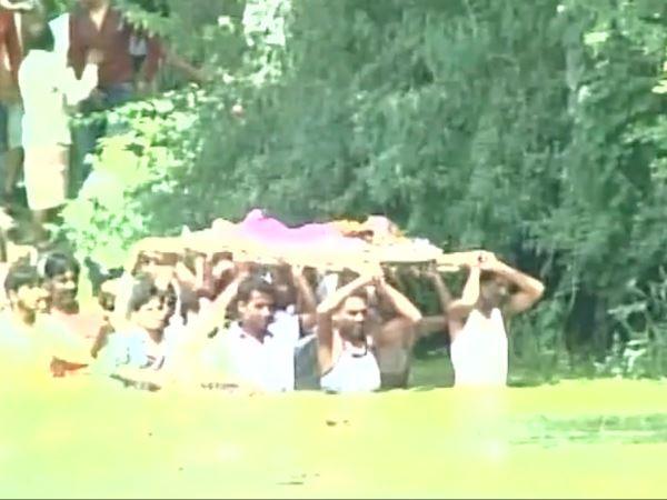 वीडियो: रेत माफिया ने रोका रास्ता, तो तालाब के बीच ने निकालनी पड़ी शव यात्रा