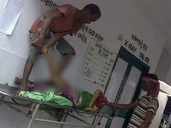 ओडिशा में मानवता फिर शर्मसार, लाश की हड्डियां तोड़ पोटली बनाकर ले गए