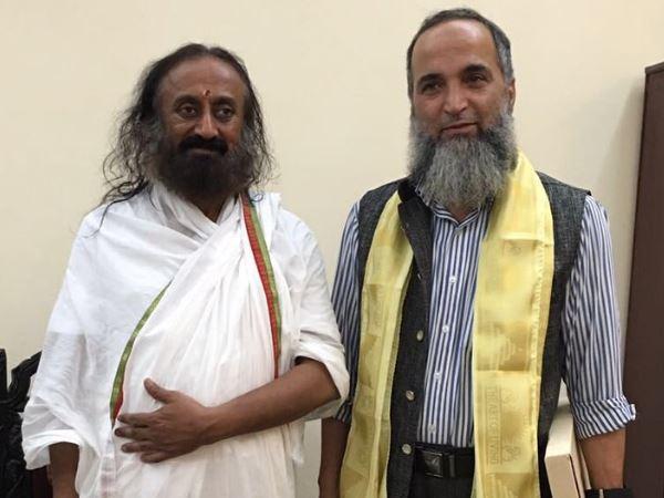 श्री श्री रविशंकर से मिले बुरहान वानी के पिता मुजफ्फर वानी