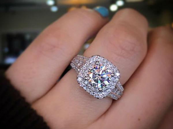 OMG नौकरी चाहिए तो निकालनी होगी अपनी सगाई की अंगूठी!