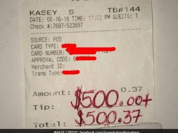वेटर को मिली 500 डॉलर की टिप, वजह जानकर रो पड़ेंगे आप