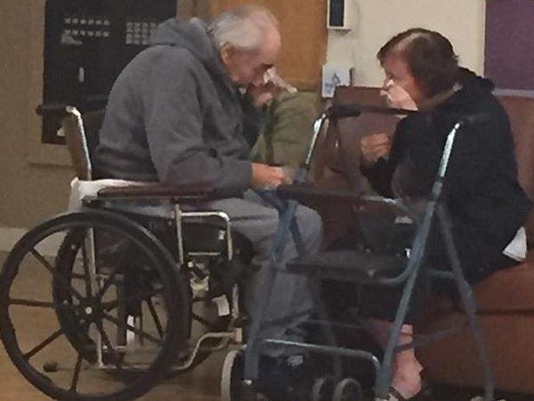 बुजुर्ग पति-पत्नी के बीच प्रेम की इस तस्वीर ने दुनिया को रुलाया!