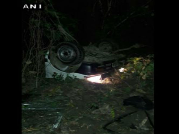 Road accident: car fells into gorge 5 dead 3 injured.