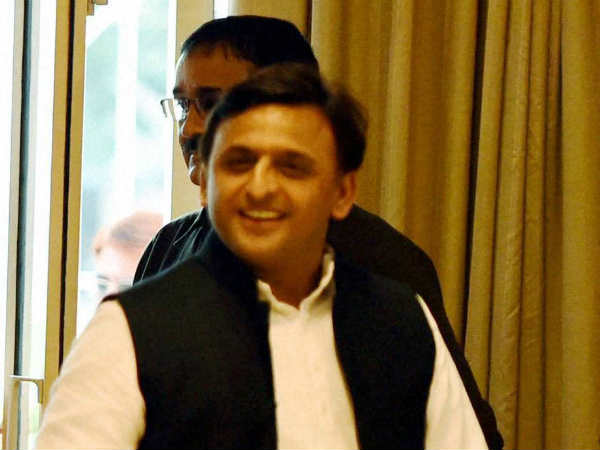 Who is outsider in samajwadi party and what are the pressure on Akhilesh Yadav