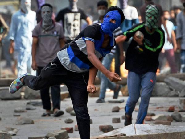 <strong>पढ़ें: कश्मीर में हिंसा के लिए अलगाववादियों को कहां से मिला पैसा?</strong>