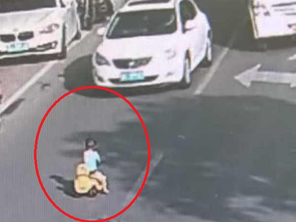 Incredible Moment Cop Saves Toddler Driving Toy Car Through Busy Road