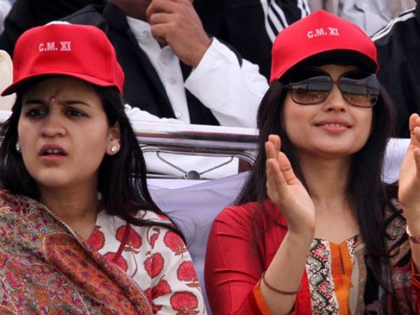 Samajwadi Party's 25th Anniversary: Distance between Dimple Yadav and Aparna Yadav