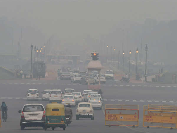 Delhi continues to reel under cloud of smog, CM calls emergency cabinet meeting