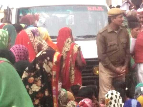 कैश नहीं मिलने की वजह से यूपी में महिलाओं ने किया बवाल, रोकी ट्रेन