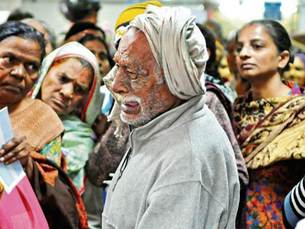 Demonetisation woes: old man crying in a bank touches a raw nerve, Viral Photo